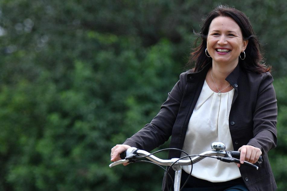 Thüringens Umweltministerin Anja Siegesmund (44, Grüne) fährt auf einem Fahrrad. Die 44-Jährige hat sich für eine schnelle Öffnung der Außengastronomie ausgesprochen.