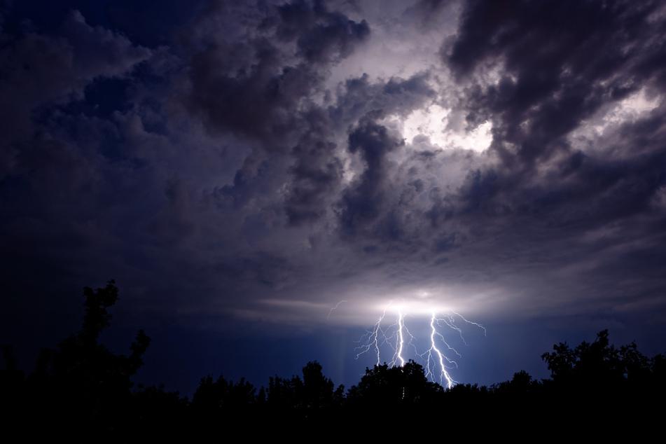 Am Samstag kann in Sachsen und nahe der Alpen noch Gewitter geben. (Symbolbild)