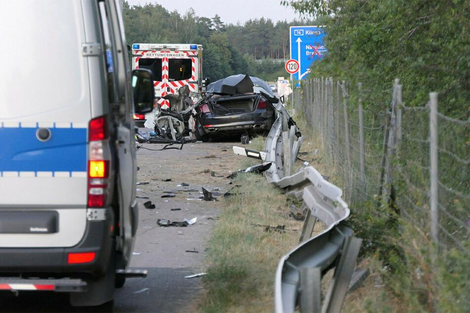 Da half auch kein Rettungswagen mehr - der junge Polizeianwärter im BMW verstarb noch am Unfallort.