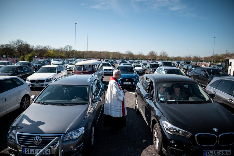Hunderte Menschen feiern Gottesdienst im Autokino