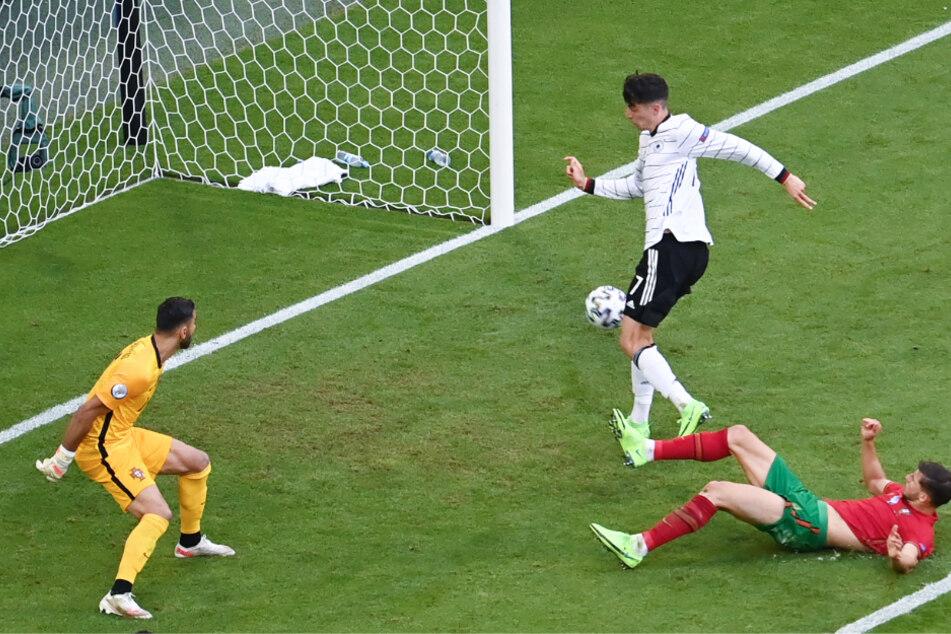 Kai Havertz (M.) legt das 3:1 für Deutschland nach - und zwar hochverdient!