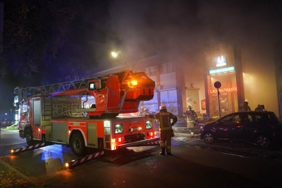 U-Bahnhof Onkel Toms Hütte steht im Vollbrand: Feuerwehr muss zum Großeinsatz ausrücken