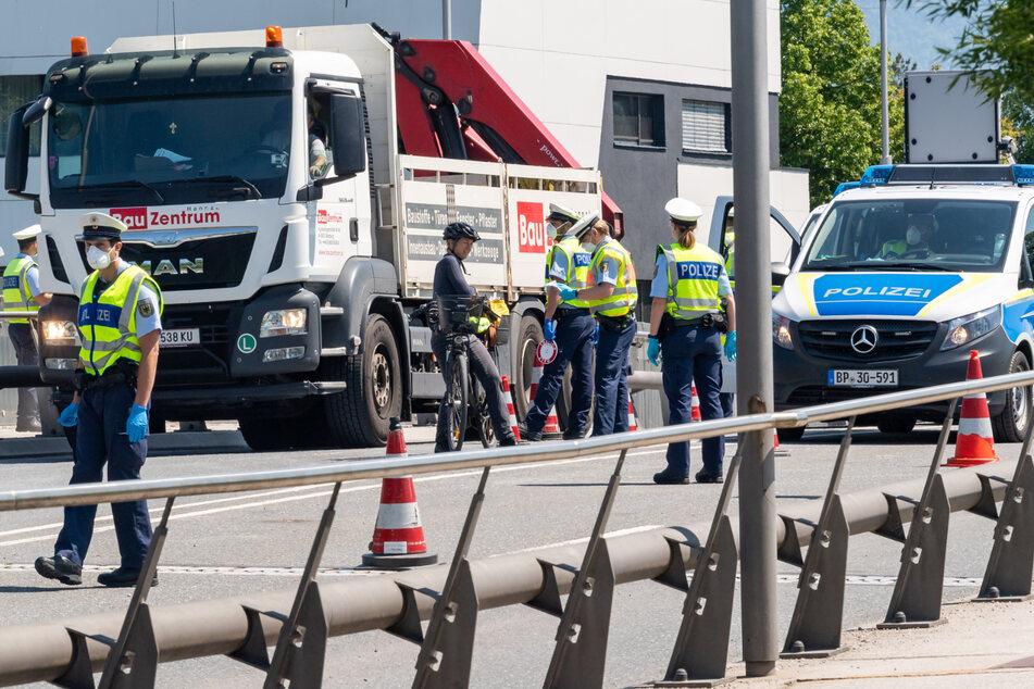Bundespolizisten führen am bayerischen Grenzübergang Freilassing zwischen Deutschland und Österreich Grenzkontrollen durch. (Archivbild)