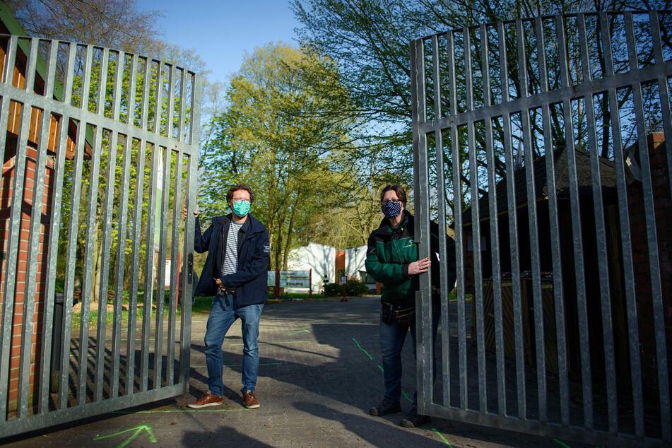 Jan Philipp Albrecht (Bündnis 90/Die Grünen, l-r) und Verena Kaspari, Zoodirektorin, öffnen gemeinsam das Tor des Tierparks Neumünster für die Besucher.
