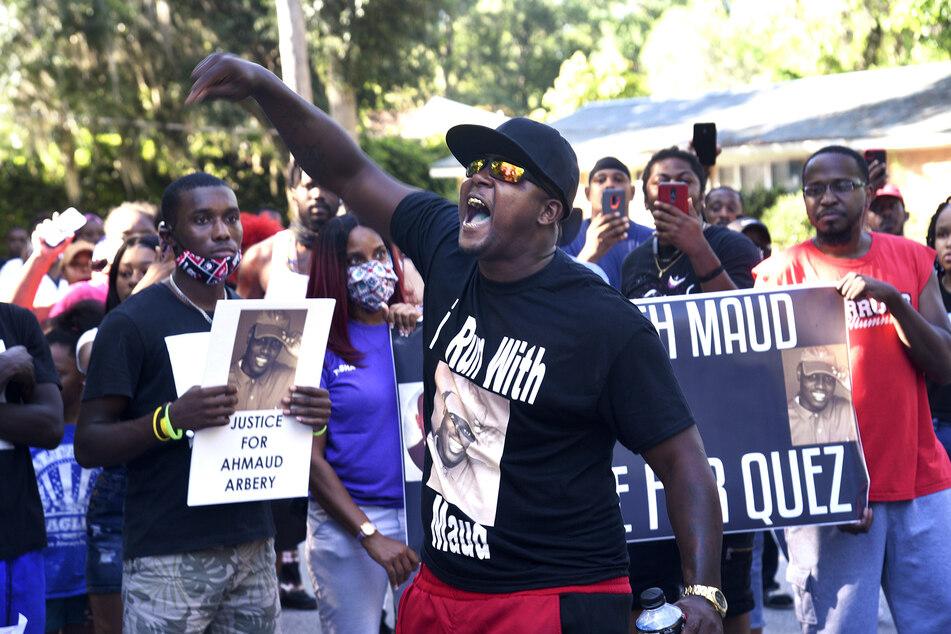 Keith Smith (amerikanischer Football-Spieler) spricht zu Demonstranten, die wegen der Tötung von Ahmaud Arbery aufgebracht sind.