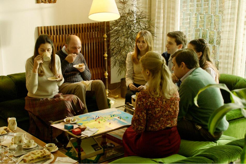 Claudio Mora (Dario Grandinetti, 2.v.l.) und seine Frau Susana (Andrea Frigerio, l.) sind angesehene Leute und laden regelmäßig Familie und Freunde ein.