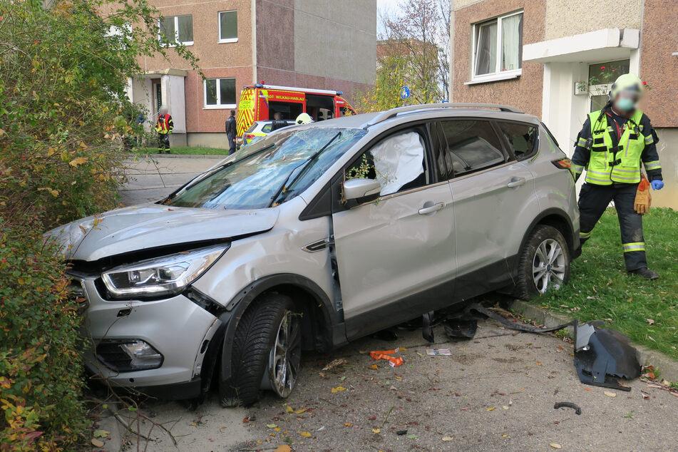 Schwerer Unfall: Ford fliegt durch die Luft und landet im Gebüsch