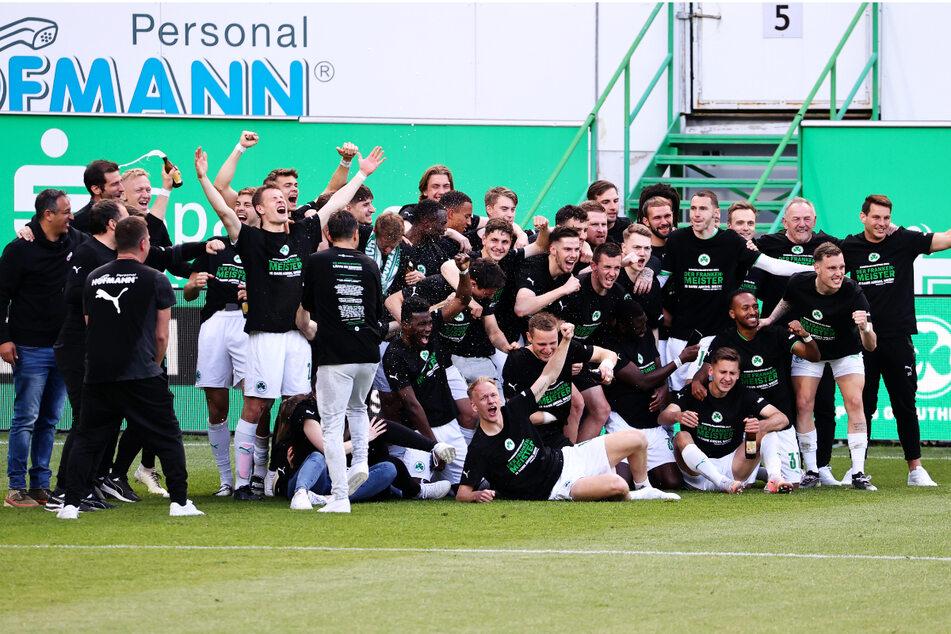 Die Mannschaft des SpVgg Greuther Fürth jubelt über den Aufstieg in die Bundesliga.