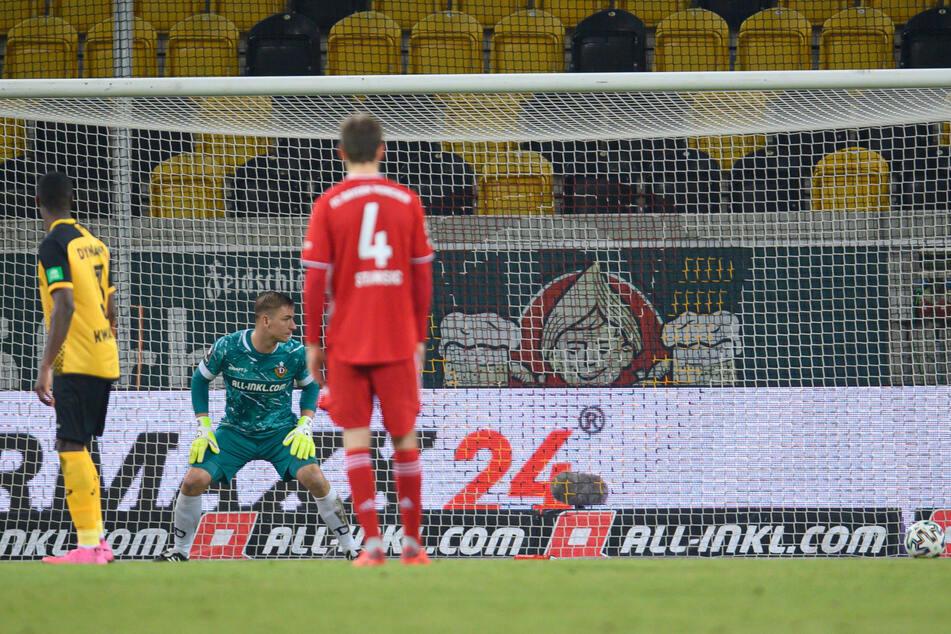 Beim Freistoßtor von Bayerns Maximilian Welzmüller verspekulierte sich Dynamo-Keeper Kevin Broll (25, 2.v.l.).