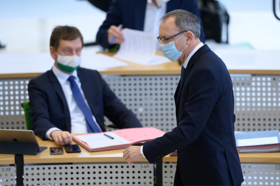 Jörg Urban (57), Vorsitzender der AfD in Sachsen, geht im Plenum nach einer Rede an Ministerpräsident Michael Kretschmer (45, CDU) vorbei.