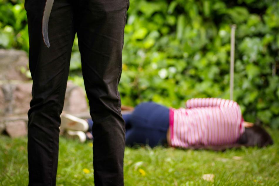 Ex-Schwager und weitere Männer vergewaltigen 30-Jährige vor ihrem Ehemann