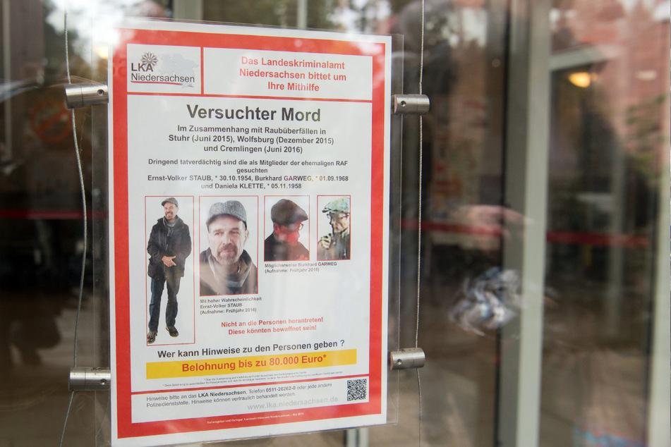 Das LKA Niedersachsen fahndet mit Plakaten nach dem RAF-Terror-Trio. (Archivbild)