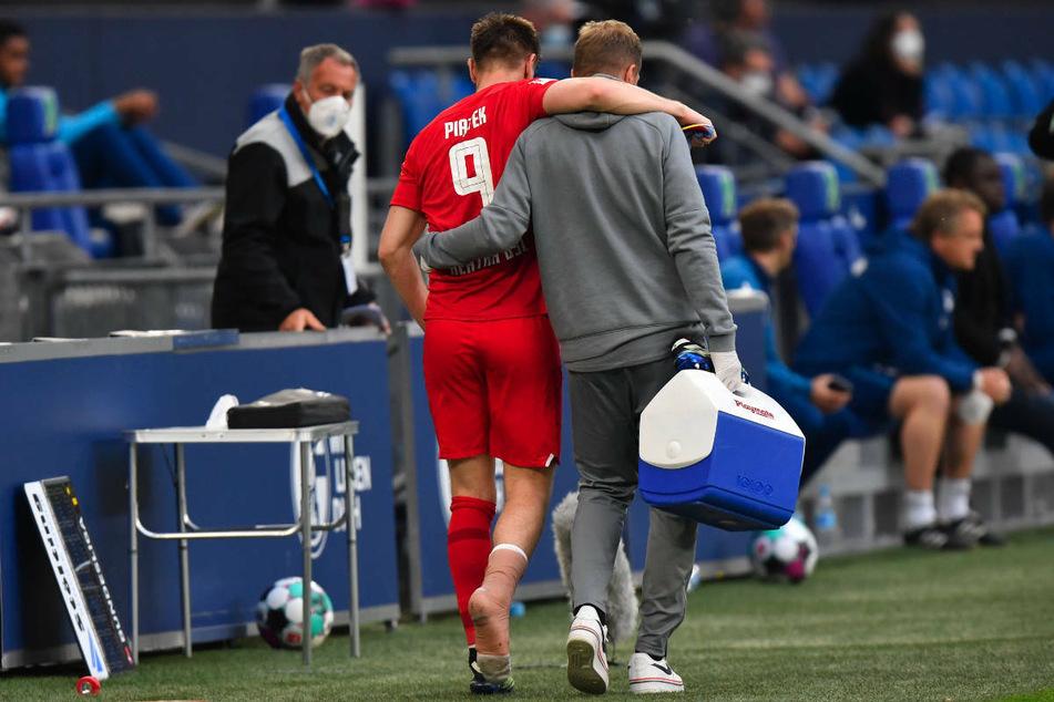 Hertha-Stürmer Krzysztof Piatek (25, l.) musste im Spiel gegen den FC Schalke 04 verletzt ausgewechselt werden.