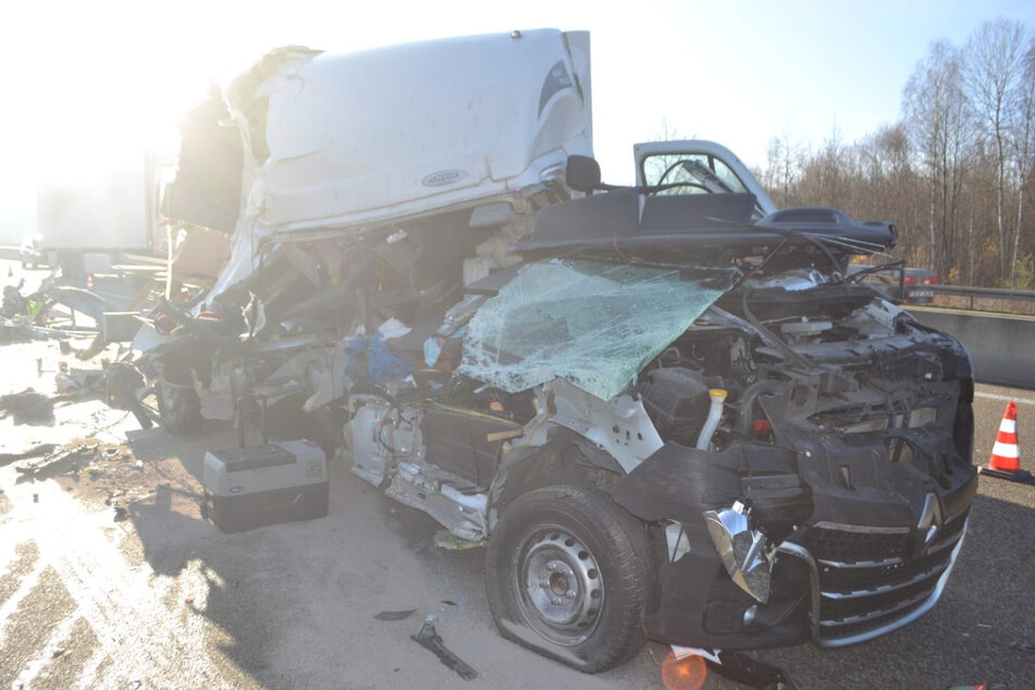 Schlimmer Crash: Fahrer entkommt diesem Blechknäuel mit schweren Verletzungen!