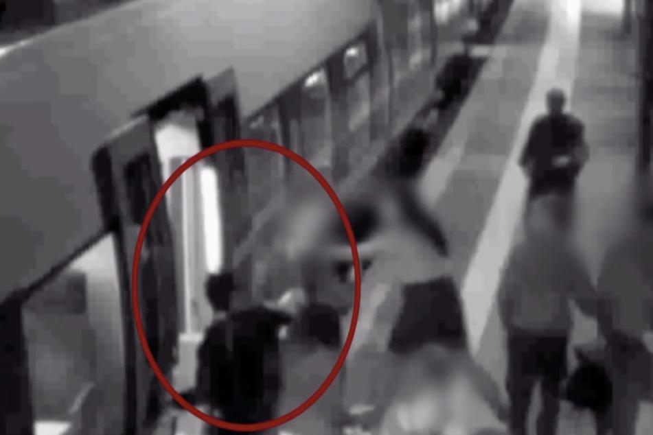 An der Haltestelle trat ein junger Mann der Zugbegleiterin mit voller Wucht von hinten gegen den Kopf.