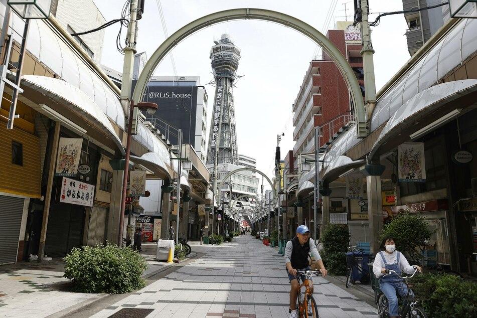 Osakas Geschäftsviertel Shinsekai ist menschenleer. In der west-japanischen Stadt soll im Laufe des Tages der Ausnahmezustand aufgehoben werden.