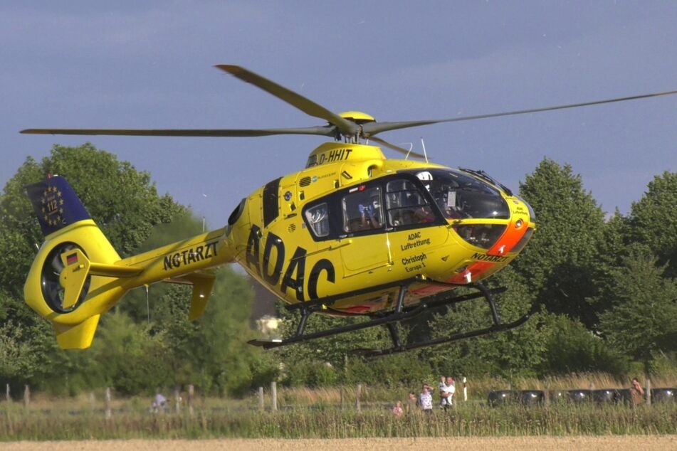 Ein Rettungshubschrauber brachte den 16-jährigen Beifahrer in eine Aachener Klinik.