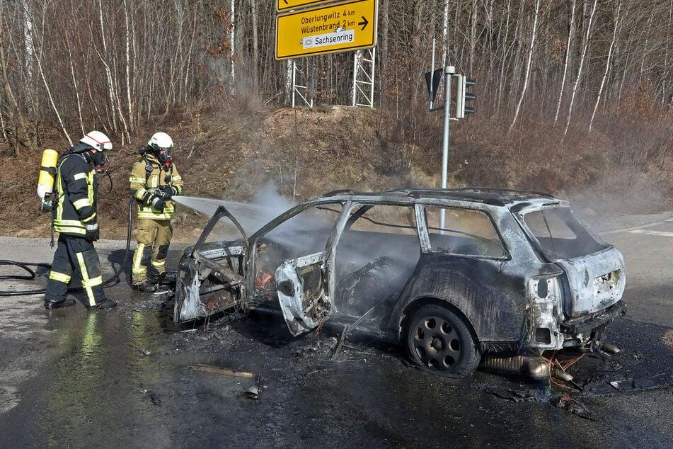 Audi-Fahrer bemerkt während der Fahrt auf A4 Rauch, wenig später fackelt das komplette Fahrzeug ab!