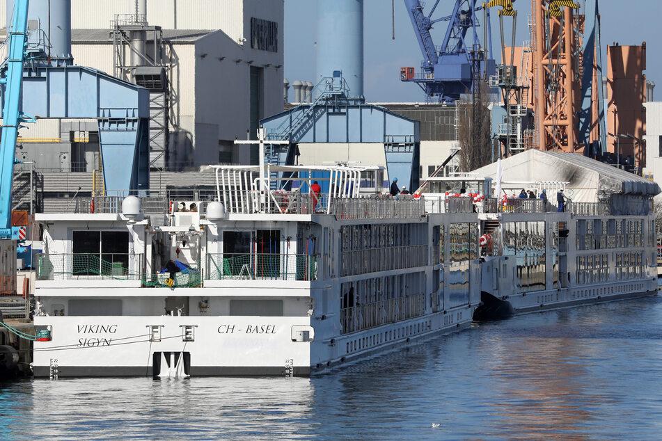 In der Neptun Werft liegen zwei Flusskreuzfahrtschiffe am Ausrüstungskai. (Archivbild)
