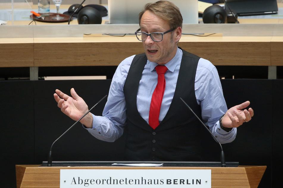 Carsten Schatz (Die Linke) spricht während der Plenarsitzung im Abgeordnetenhaus.