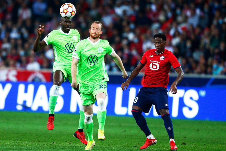 Auch in Unterzahl verteidigten Josuha Guilavogui (l.) und Maximilian Arnold (M.) vom VfL Wolfsburg das torlose Remis.