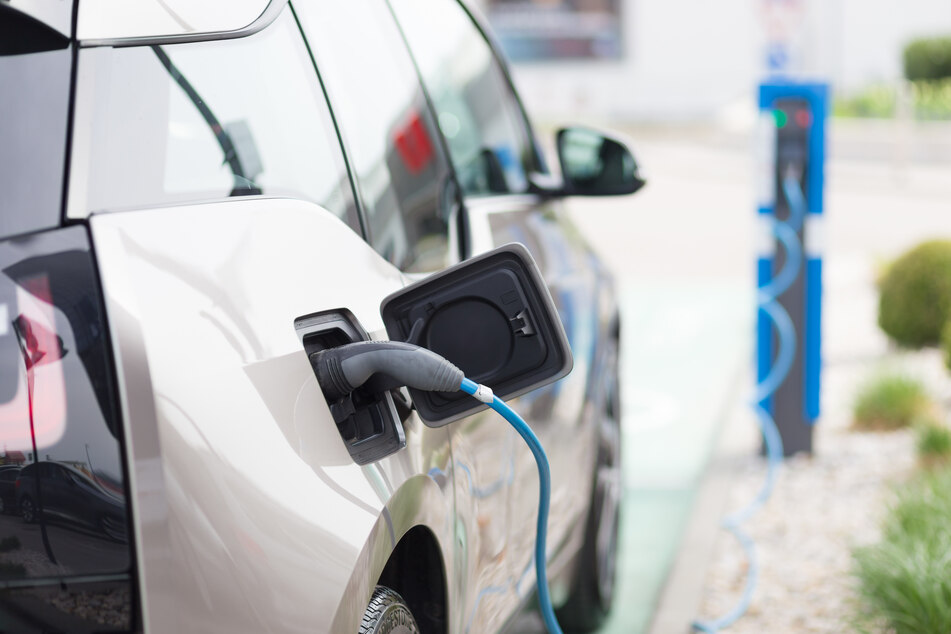 """Eine höhere Kfz-Steuer für sogenannte """"Spritfresser"""" soll verstärkt zum Kauf von Elektro-Autos anregen (Symbolfoto)."""