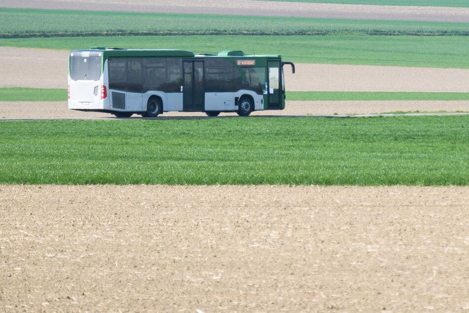 Linienbus rutscht Böschung entlang: 13-Jährige verletzt