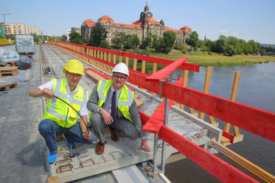 Amtsleiter Robert Franke (43, l.) und Baubürgermeister Raoul Schmidt-Lamontain (43, Grüne) zeigen, wo der neuartige Beton verbaut wird.