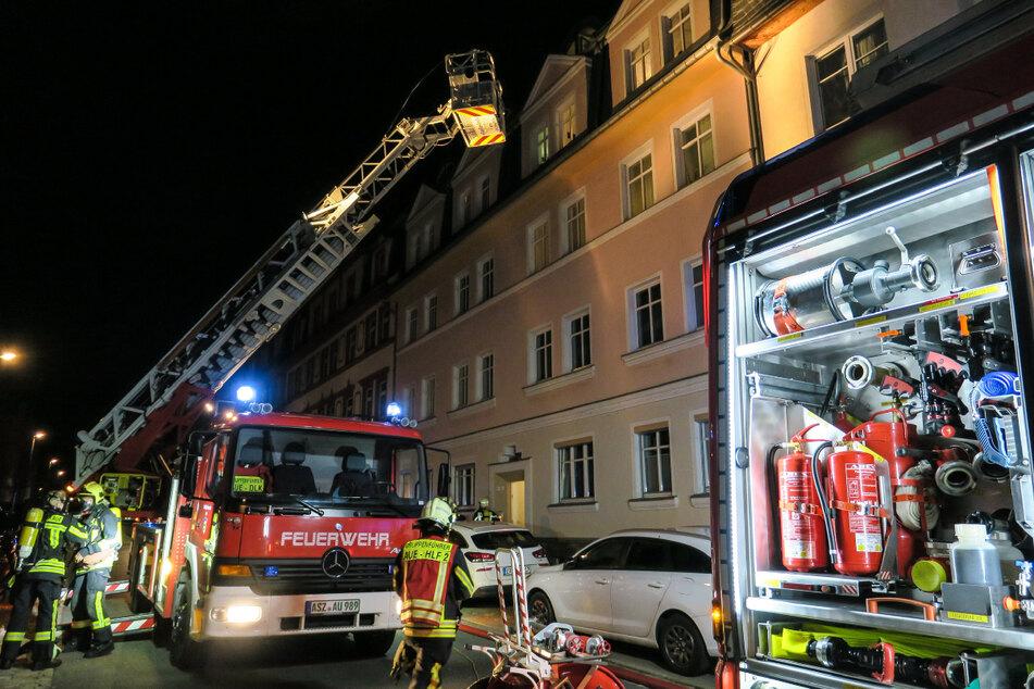 Wohnungsbrand in Aue: Feuerwehr rettet Hausbewohner mit einer Drehleiter