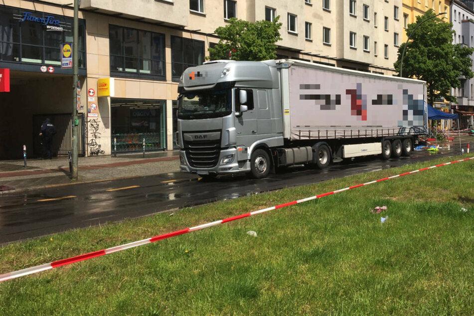 Am Donnerstagmittag ist eine Radfahrerin bei einem Unfall mit einem Lkw auf der Frankfurter Allee in Berlin-Friedrichshain tödlich verletzt worden.
