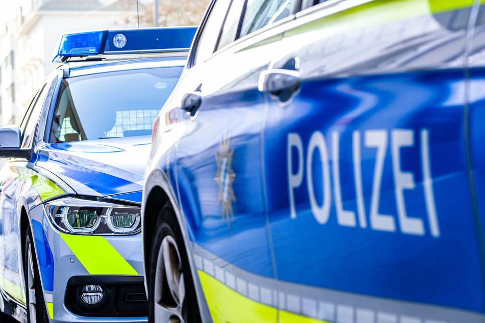 Die Einsatzkräfte der Polizei setzten zu einer Verfolgung an und konnten den 34-Jährigen und seinen 38-jährigen Beifahrer kurze Zeit später festnehmen. (Symbolbild)