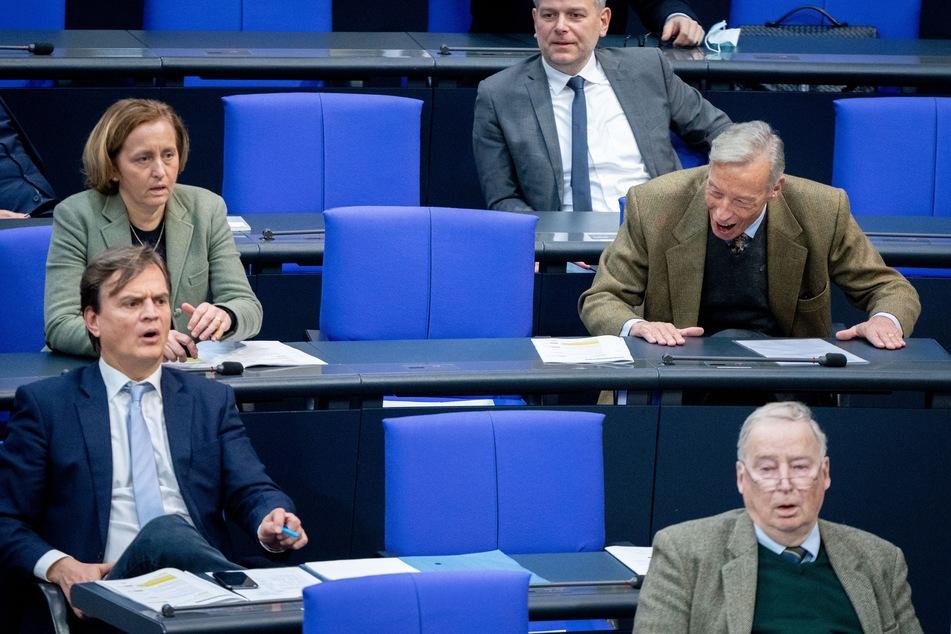 Bernd Baumann (l-r), parlamentarischer Geschäftsführer der AfD-Bundestagsfraktion, Beatrix von Storch (AfD), Armin-Paul Hampel und Alexander Gauland, Fraktionsvorsitzender der AfD, reagieren bei der Sitzung des Bundestags.