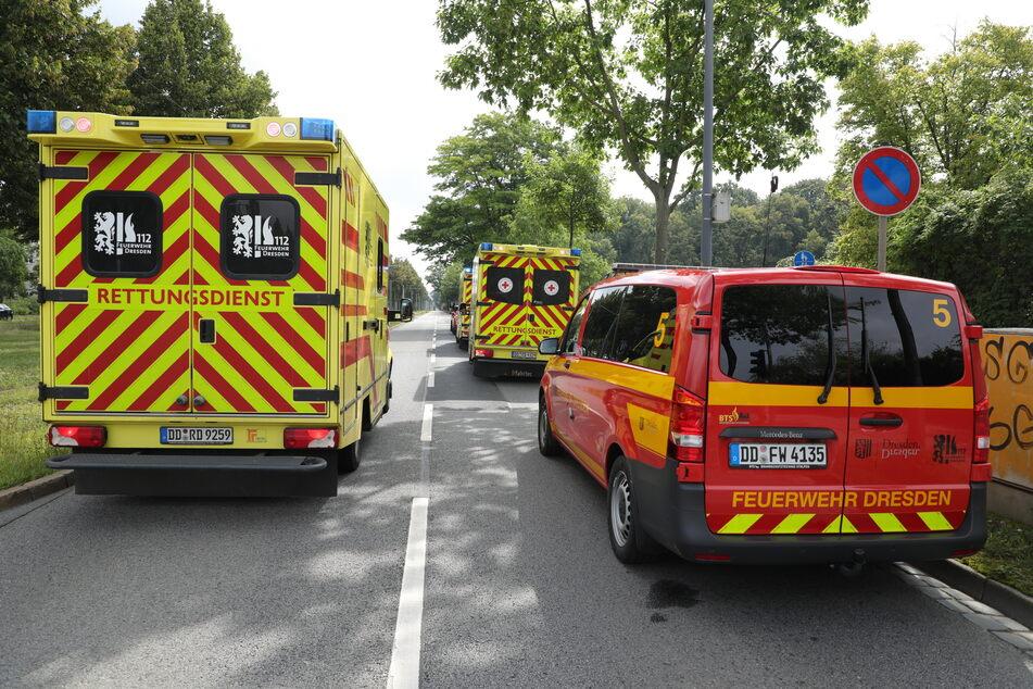 Kameraden der Feuerwehr und Rettungssanitäter sind vor Ort.