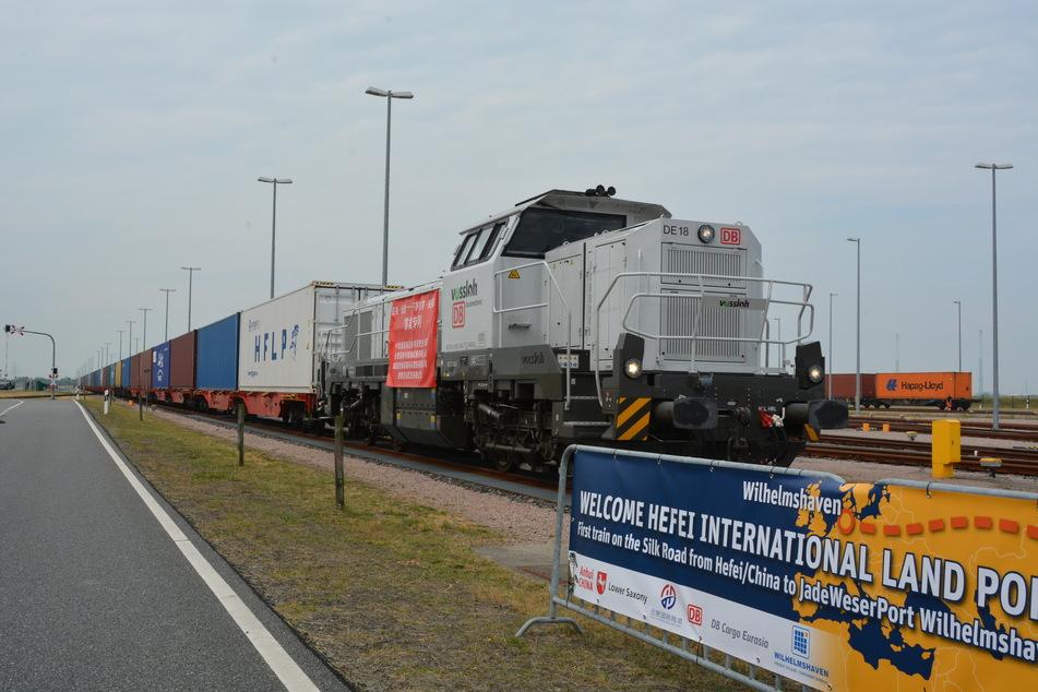 Der Güterzug aus China kommt am Güterverkehrszentrum des Tiefwasserhafens JadeWeserPort an.