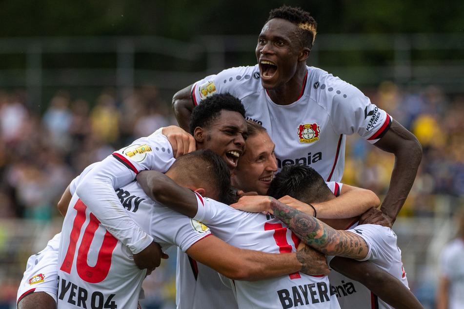 Die Spieler der Werkself jubeln nach dem Treffer zum 3:0 gegen Lok Leipzig. Kerem Demirbay (28, l.u.) schnürte einen Doppelpack.