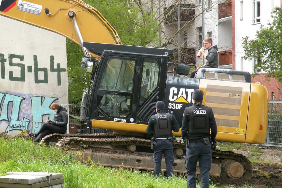 Der Aktivist setzte sich am frühen Freitagmorgen auf den Bagger und blockierte die Baumaßnahmen.