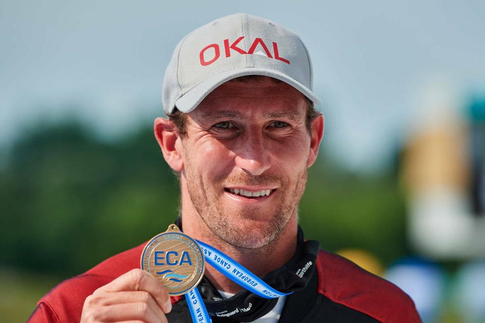 Sebastian Brendel (33) präsentiert seine Goldmedaille bei der Kanu-Europameisterschaft 2021. Bei den Olympischen Spielen will der Knute sein drittes Olympia-Gold im Canadier-Einer holen.