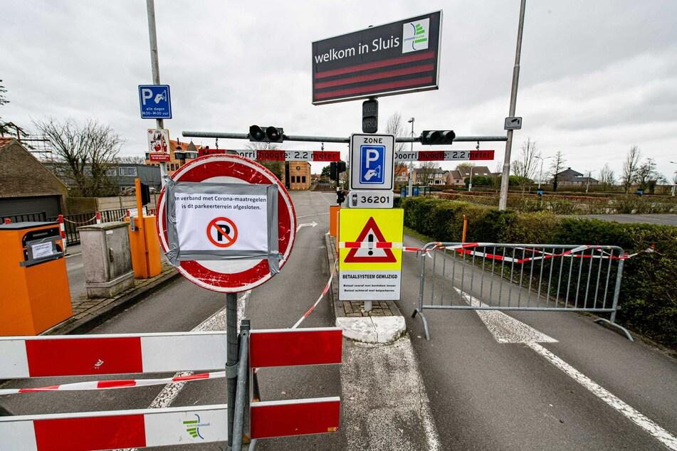 bsperrungen stehen vor der Einfahrt zu einem öffentlichen Parkplatz im Grenzgebiet zu Belgien, nachdem die Zeeland Safety Region (VRZ) eine Notfallverordnung aufgrund der Verbreitung des Coronavirus eingeführt hat. (Archivbild)