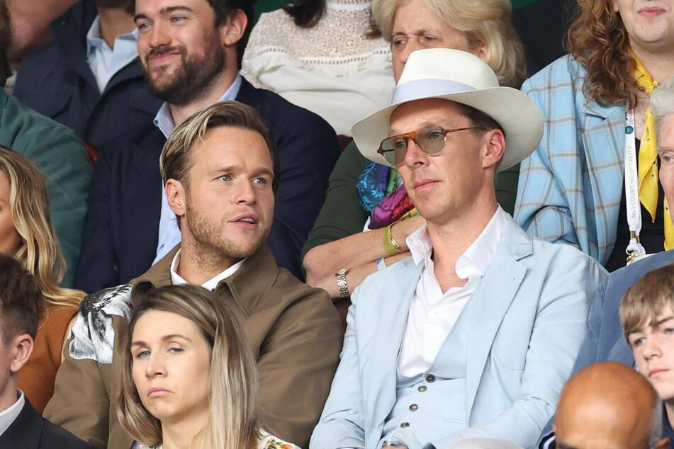 Schauspieler Bendeict Cumberbatch (44, r.) saß mit schickem Hut neben Sänger Olly Murs (37).