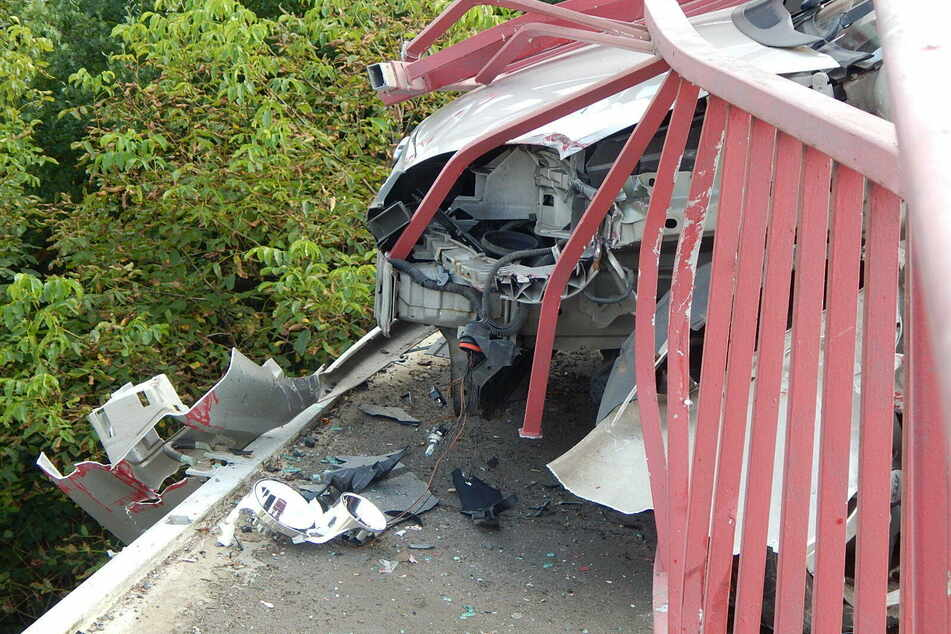 Schwerer Unfall in Leipzig-Engelsdorf: Auto rast in Brückengeländer