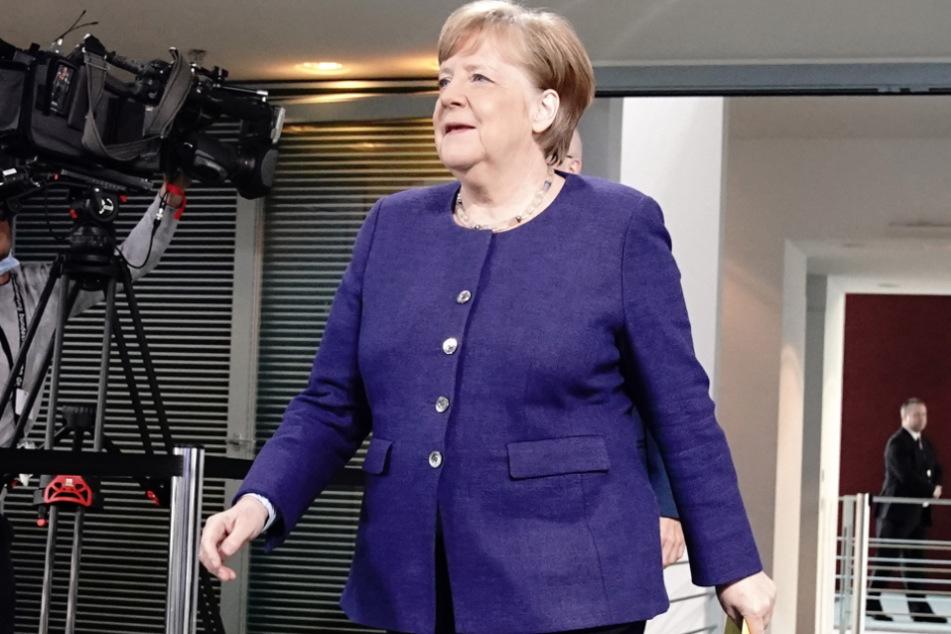 Bundeskanzlerin Angela Merkel (CDU) kommt nach der Videokonferenz mit den Ministerpräsidenten der Bundesländer zu der Pressekonferenz.