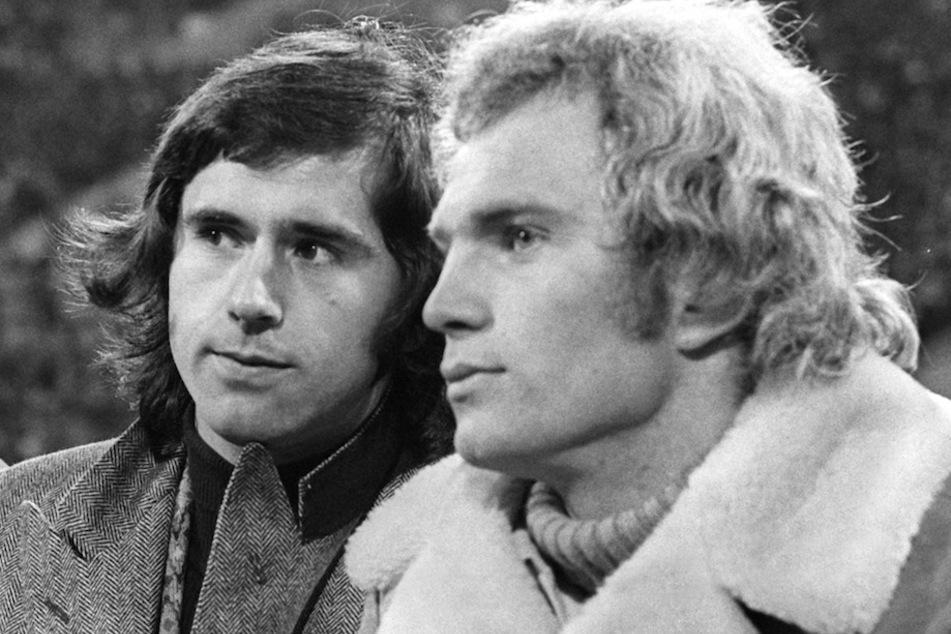 Die deutschen Fußballnationalspieler Gerd Müller (l) und Uli Hoeneß 1973 im Olympiastadion. (Archivbild)