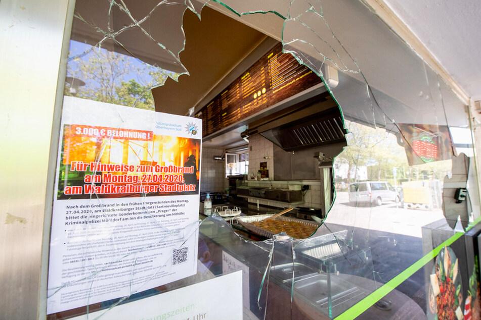 Ein Zettel der Polizei, auf dem eine Belohnung für Hinweise für einen kürzlich erfolgten Brandanschlag gegen ein türkisches Lebensmittelgeschäft ausgewiesen ist, ist in einer eingeschlagenen Fensterscheibe eines Döner-Imbiss zu sehen.