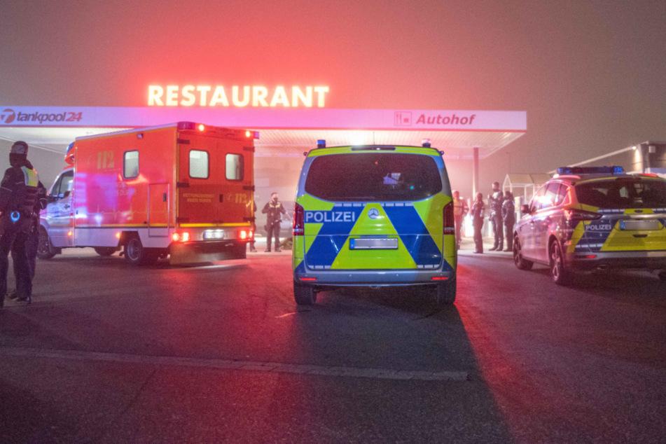 Feuerwehr, Polizei und mehrere Rettungskräfte waren im Einsatz. Auf einem Autohof in Düren wurden fünf Männer in einem Lkw gefunden.