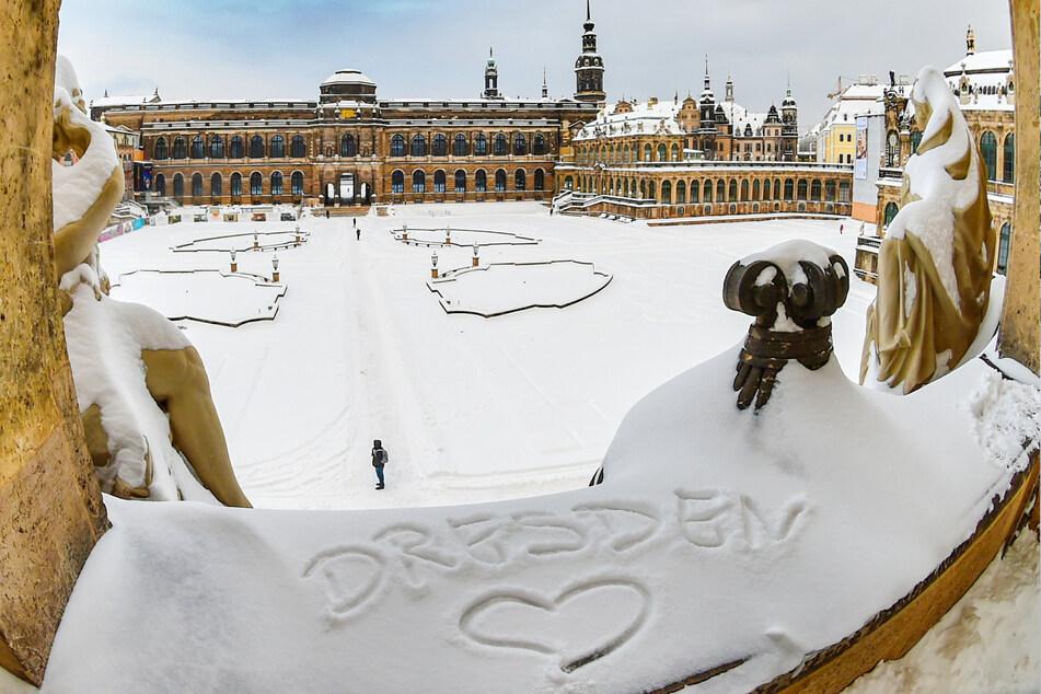 Zauberhaft! Der verschneite Zwinger mit seinem Kronentor und Putten.