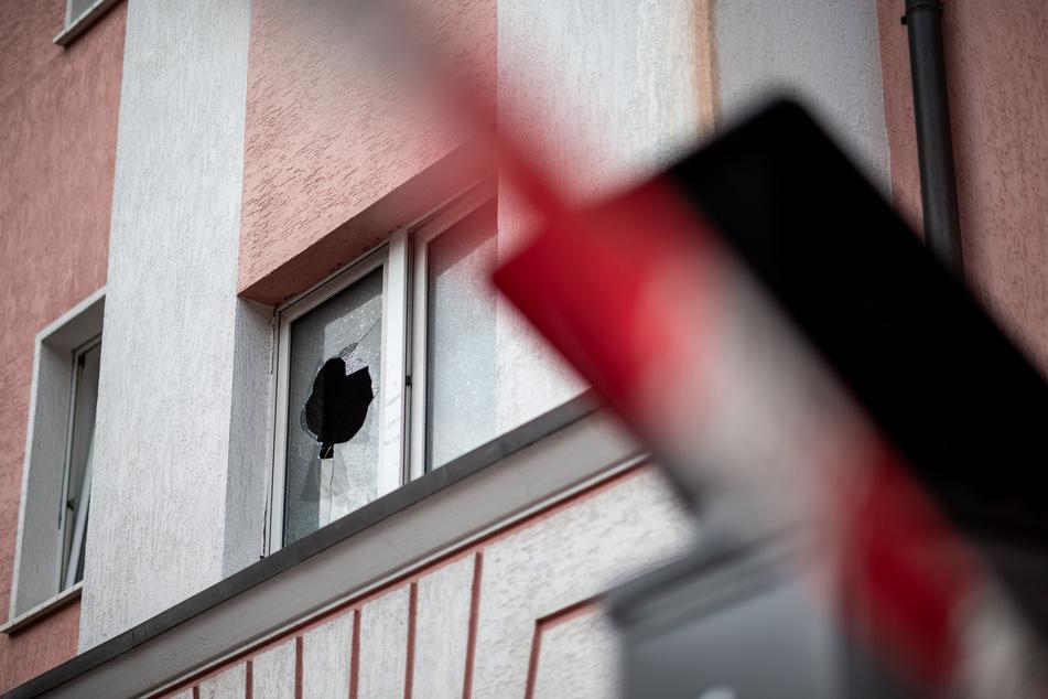 Das Mehrfamilienhaus ist mit Polizeiband abgesperrt, eine Fensterscheibe im Treppenhaus ist eingeschlagen.