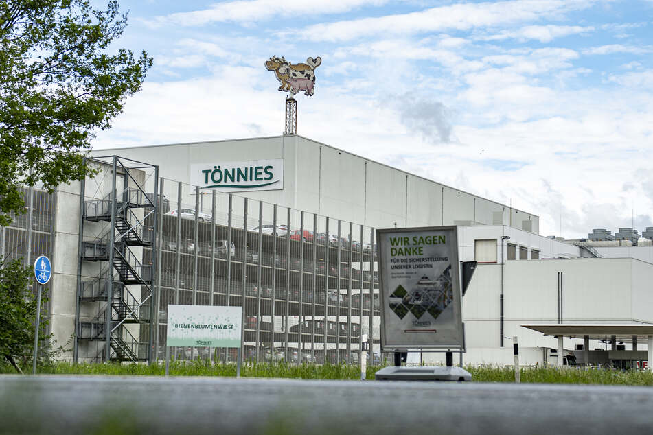 In einer Fleischfabrik von Tönnies in Rheda-Wiedenbrück sind mehr als 600 Corona-Fälle festgestellt worden.