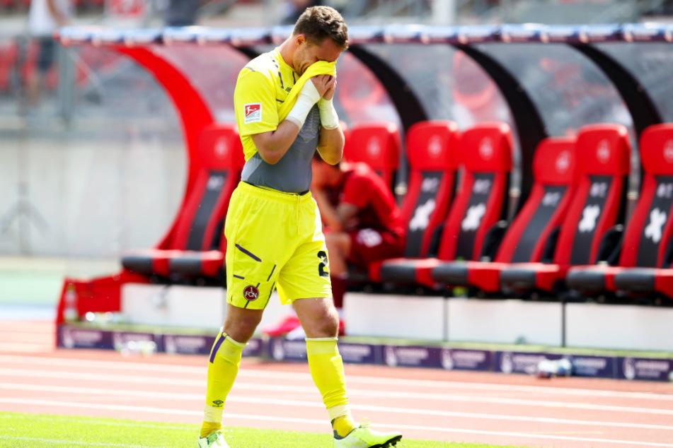Nürnbergs Torwart Christian Mathenia schreitet nach der bitteren 0:1-Derbypleite gegen die SpVgg Greuther Fürth niedergeschlagen vom Feld.