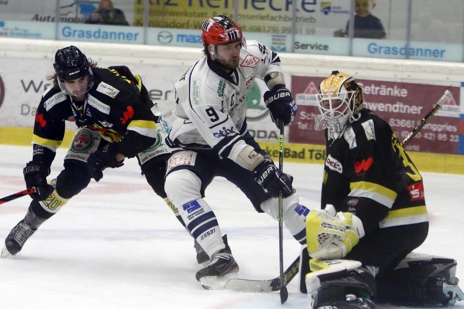 Eislöwen-Kapitän Jordan Knackstedt (32, M.) erzielte in Tölz gegen Goalie Max Franzreb den 4:3-Siegtreffer.