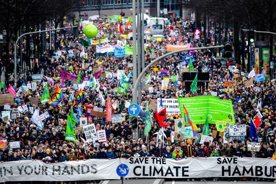 Teilnehmer einer Klima-Demonstration von Fridays for Future ziehen durch die Stadt.